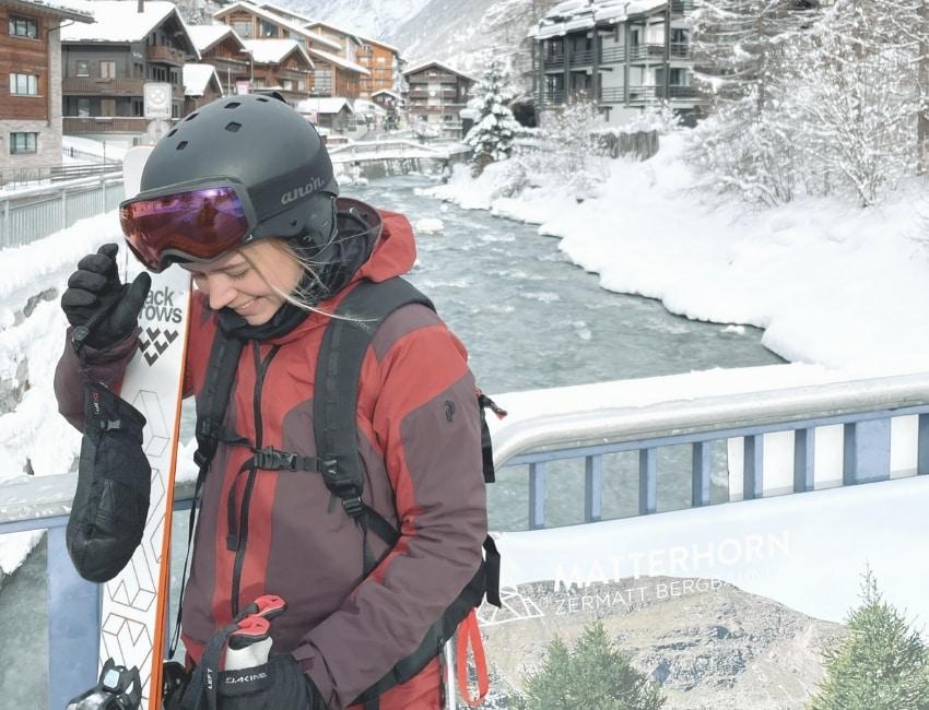 Cecilie Frost i forgrunden og flod og bjerge i baggrunden