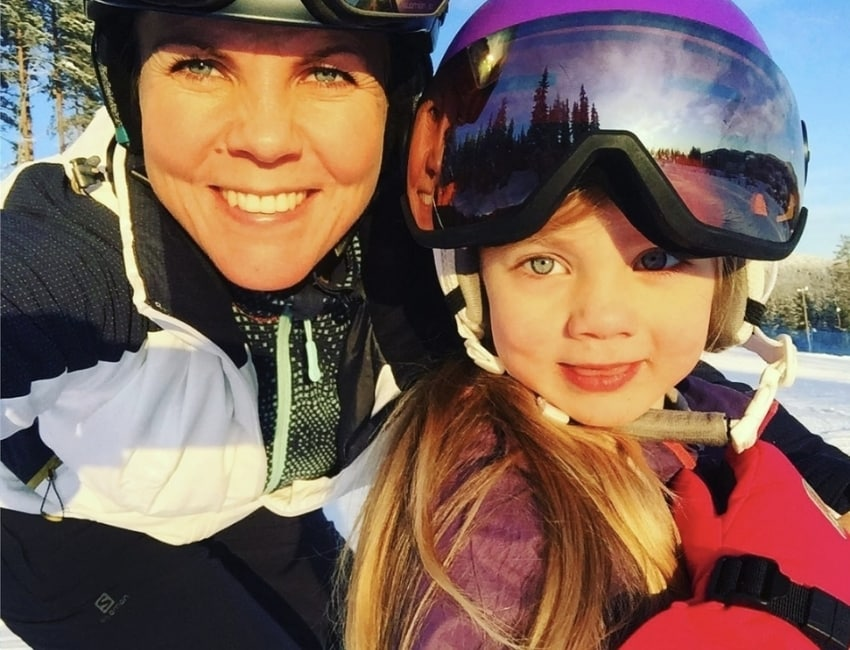 Cecilie Nielsen omfavner sit barn