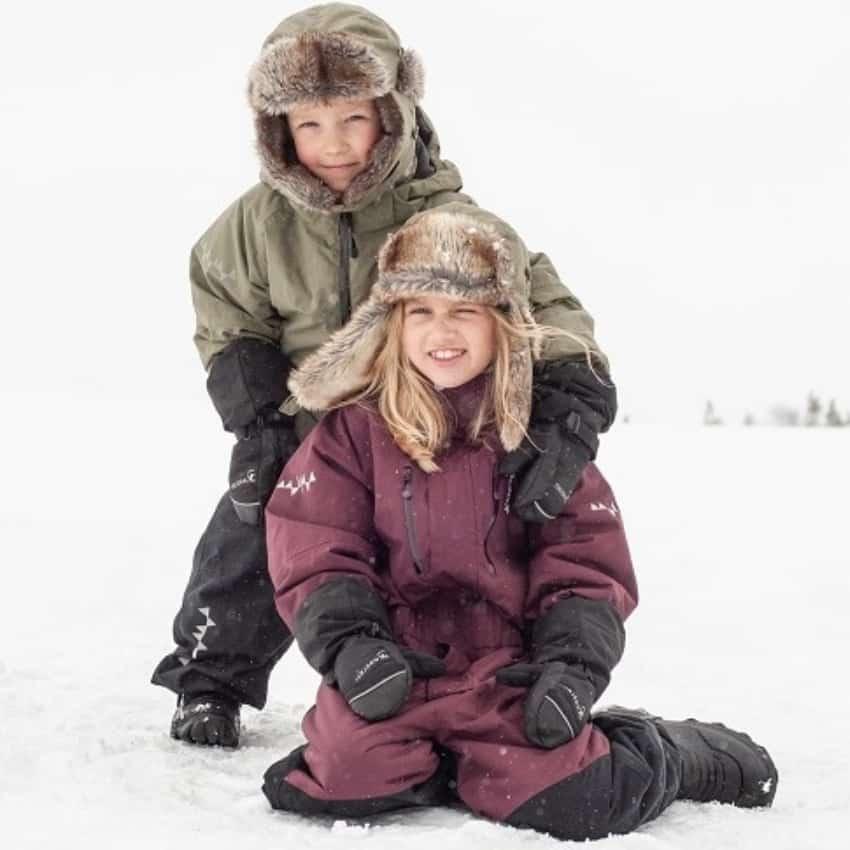 To børn med hver sin flyverdragt