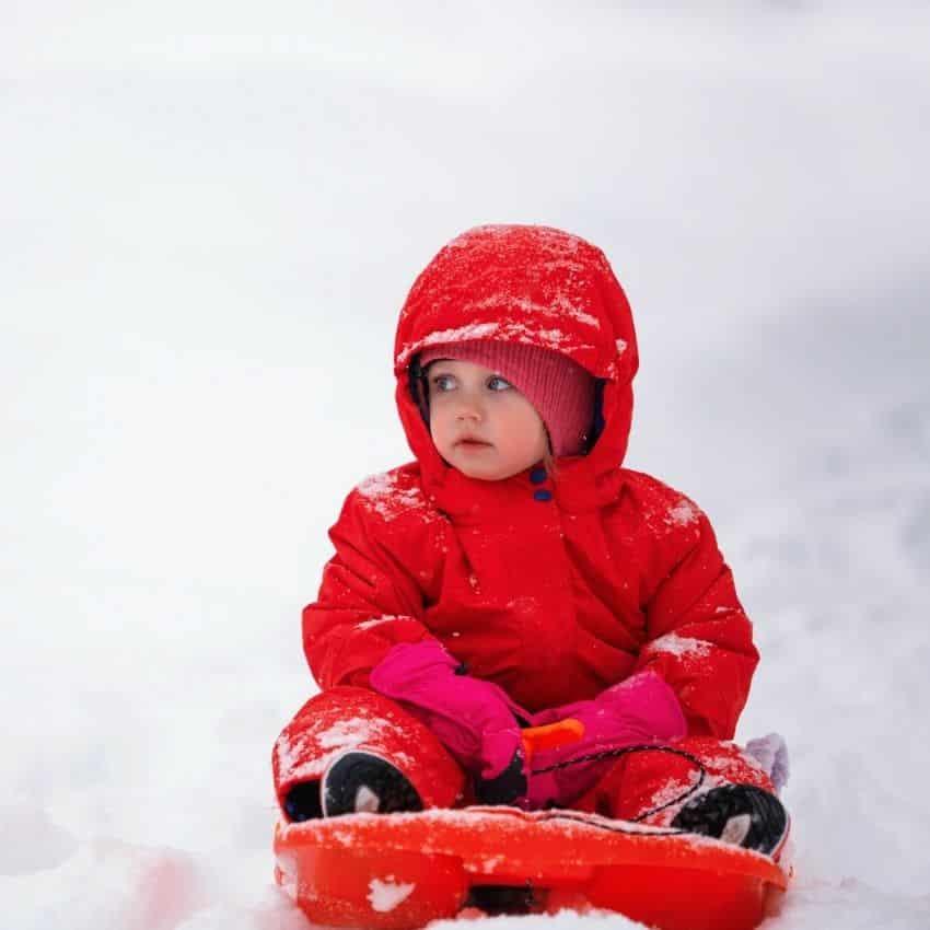pige iført rød flyverdragt børn
