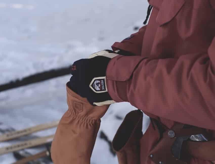 Mand iført Hestra skihandsker