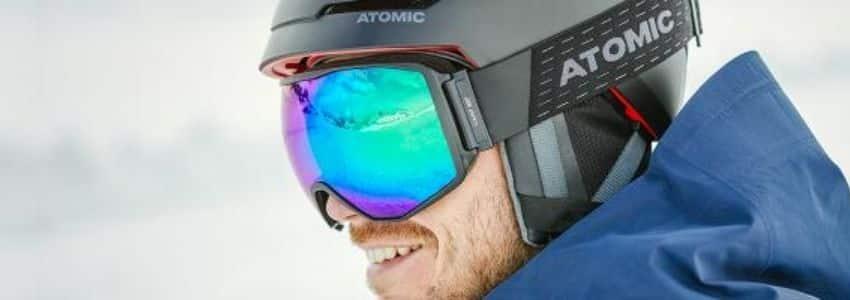 Mand iført atomic skibriller
