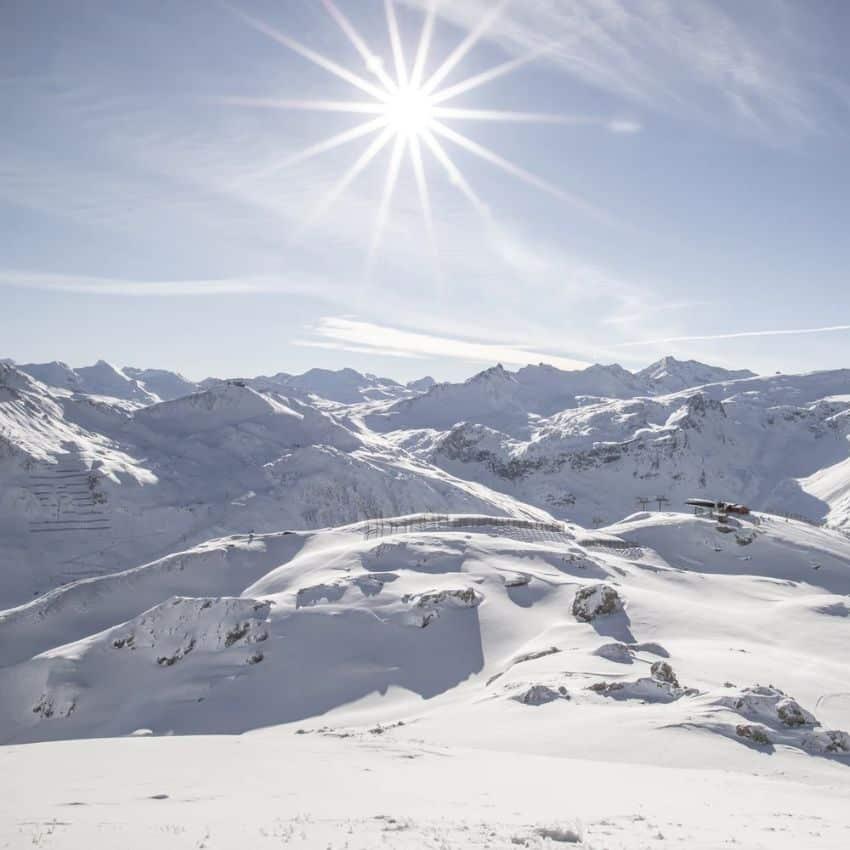 Bjerge og sol i skiferie Frankrig