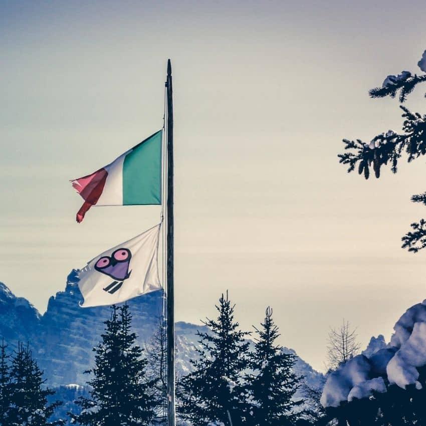 Flag og bjerge i skiferie Italien