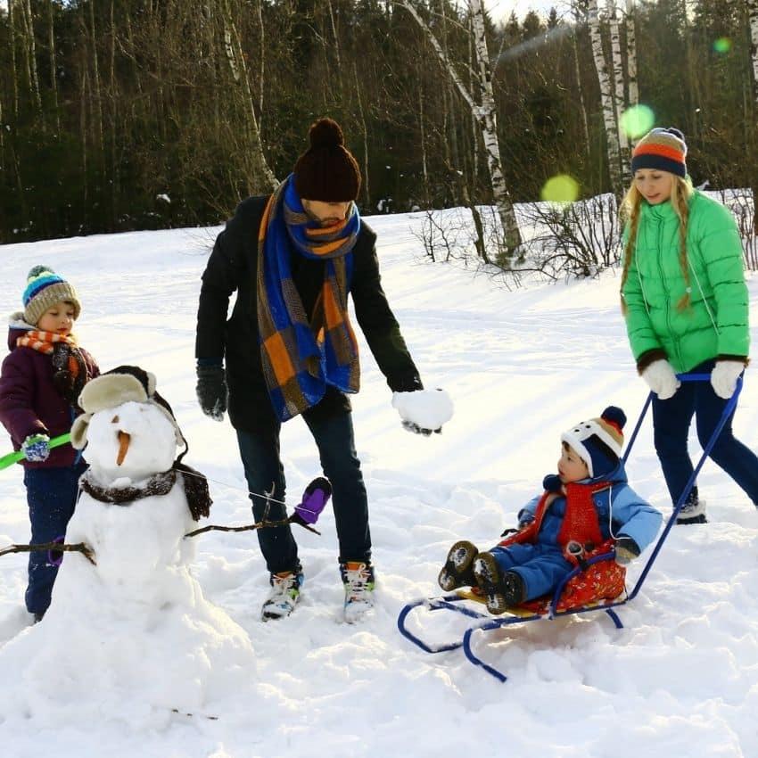 Familie på skiferie med børn