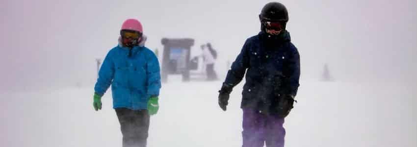 Børn i snestorm iført skihjelm børn