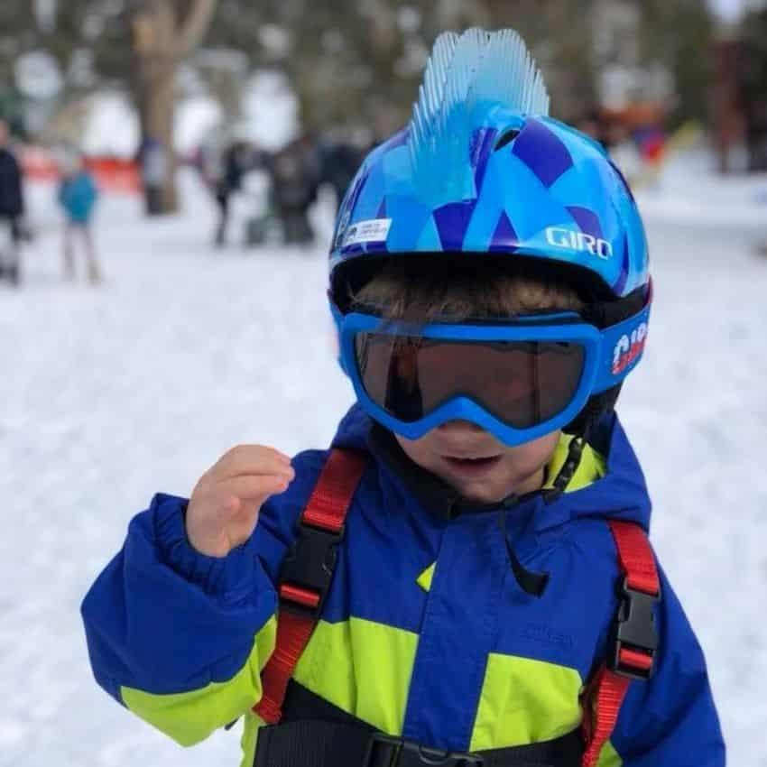 Dreng iført skihjelm til børn