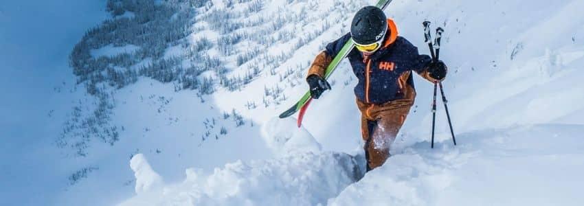 Mand iført skijakke