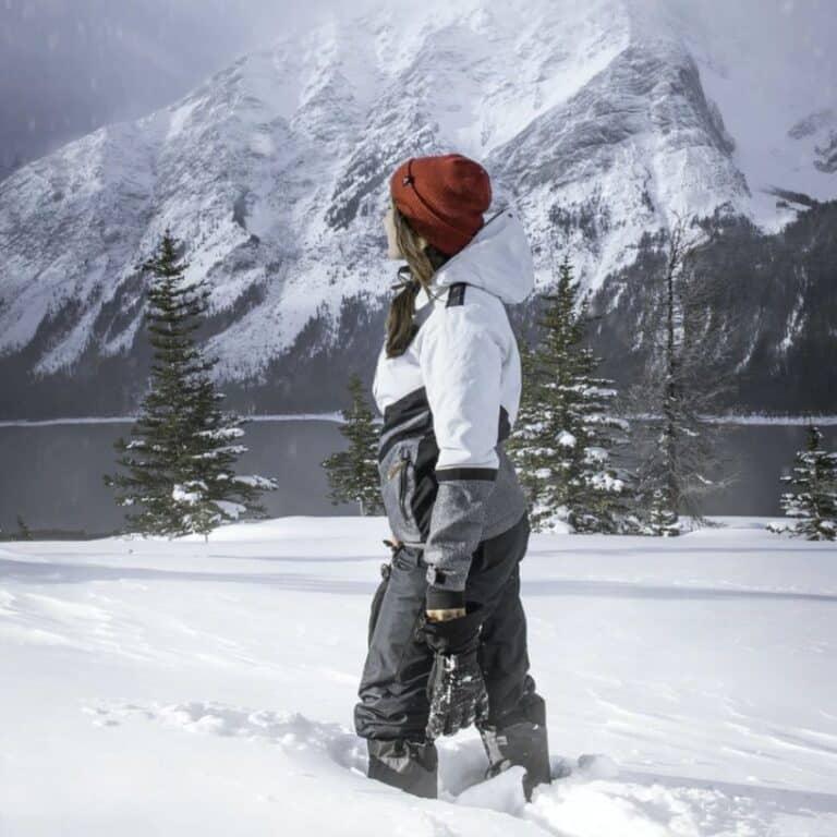Kvinde iført hvid skijakke