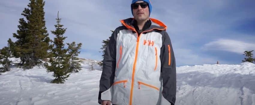 mand iført skijakke herre