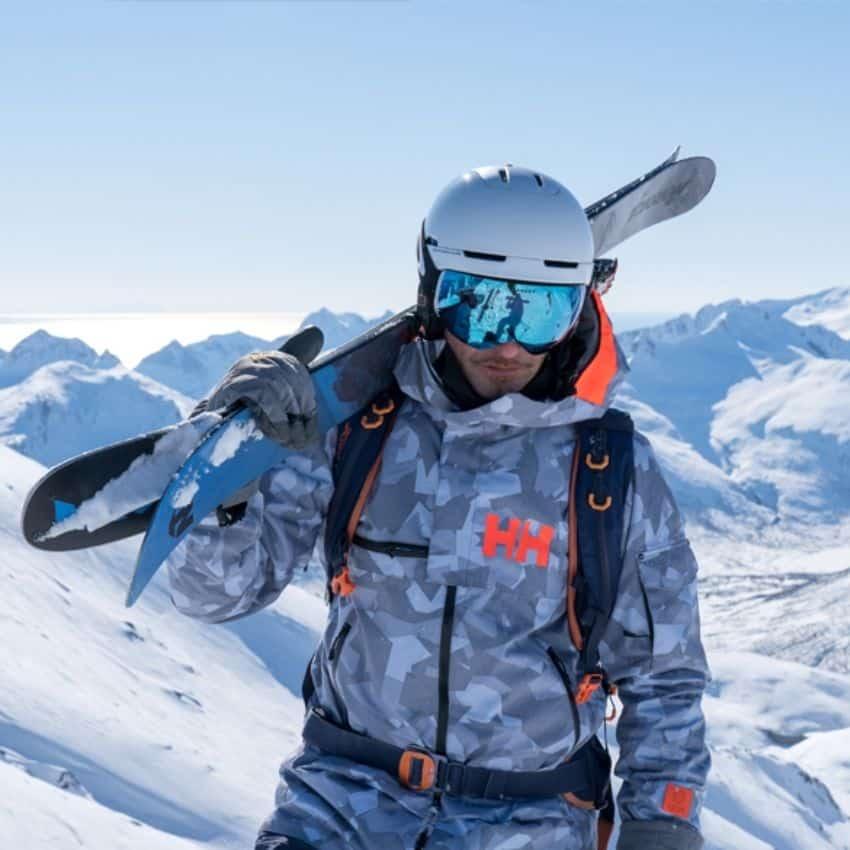 mand iført skijakke herre og ski