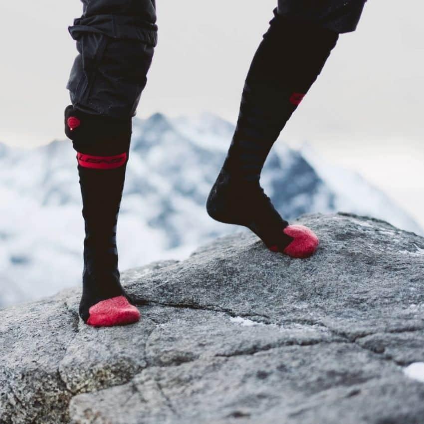 iført skistrømper med varme