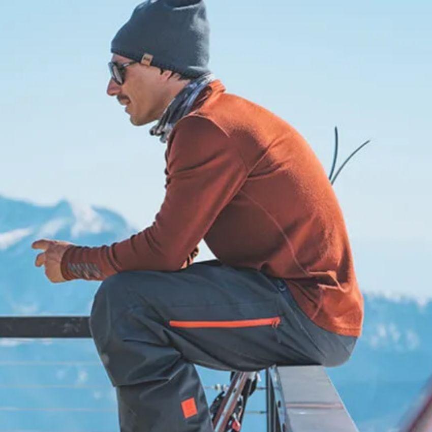 Mand iklædt orange skiundertøj